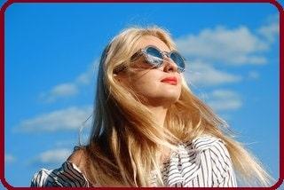 Allergie au soleil: femme avec des lunettes